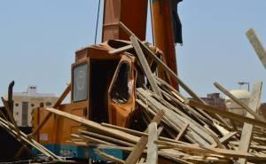 اخشاب تسقط على رافعة في السعودية