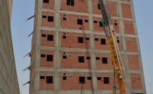 اخشاب بناء تسقط على سائق رافعة في السعودية