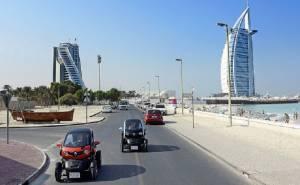 تحدٍ ظريف على طرق دبي بقيادة اثنين من أمهر السائقين في العالم
