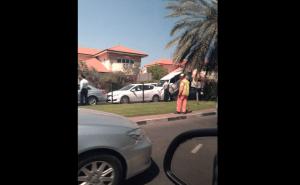 لاندكروزر تصعد فوق سيارة في دبي
