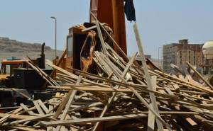 الواح خشب تقتل سائق رافعة في السعودية