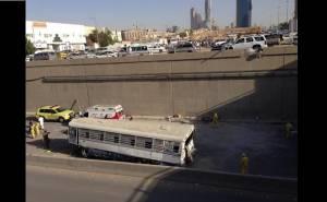 الحافلة التي سقطت عن الجسر من الجنب