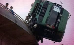 شاحنة معلقة على حافة جسر