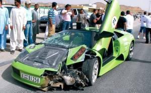 سيارة اماراتية مسرعة تتعرض لحادث
