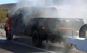 النيران تلتهم سيارة فورد