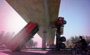 شاحنة تعلق تحت جسر