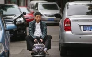 صيني يقود سيارة صغيرة