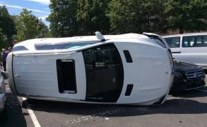 Mercedes GLE-امراة تحطم مرسيدس عند معرض
