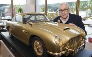 مجسم سيارة مطلي بالذهب