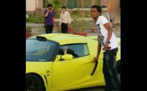 اللاعب السعودي هزازي يركب سيارته لوتس اكسج اس