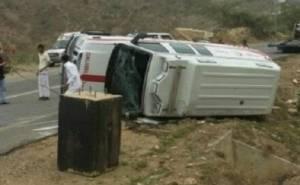 سيارة اسعاف سعودية تتعرض لحادث -تنقلب