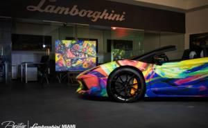 سيارة لمبرجيني افينتادور رودستر معدلة بألوان غريبة