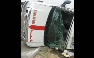 سيارة اسعاف سعودية تتعرض لحادث-تحطم الزجاج