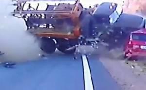 شاهد أحد أعنف الحوادث الذي تسببت به الشاحنات الضخمة +18