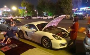 مالك بورش كايمان يبيع ملابسه ليشتري وقود لسيارته الجديدة