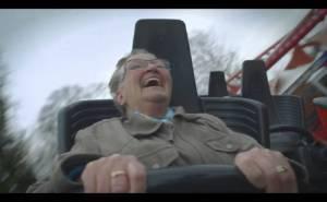 عجوز في قطار رول كوستر