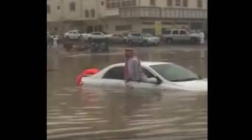 شاهد السيارات تغرق بمياه الأمطار على طرق جدة