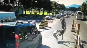 لحظة اصطدام عنيفة لدراجة هوائية بأحد المشاة - فيديو