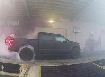 كين بلوك يقوم بحرق عجلات فورد اف 150 رابتر 2017