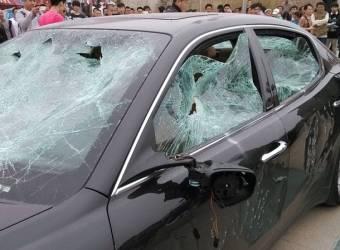 رجل يحطم سيارته مازيراتي كواتروبورتي أمام الجميع