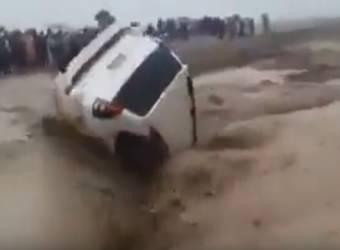شاهد مياه السيول تبتلع تويوتا برادو في السعودية