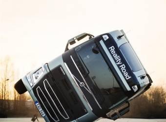 شاهد شاحنة فولفو FH الثقيلة وهي تسير على عجلتين