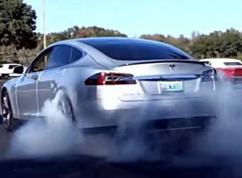 هل شاهدت Burnout لسيارة تيسلا موديل S الكهربائية من قبل