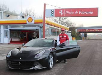 بطل العالم للفورمولا 1 يقوم بجولات مميزة على متن فيراري اف 12