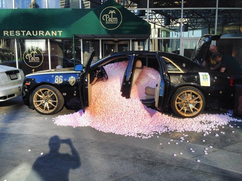 سائق رولز رويس يجد مفاجأة لا تنسى داخل سيارته