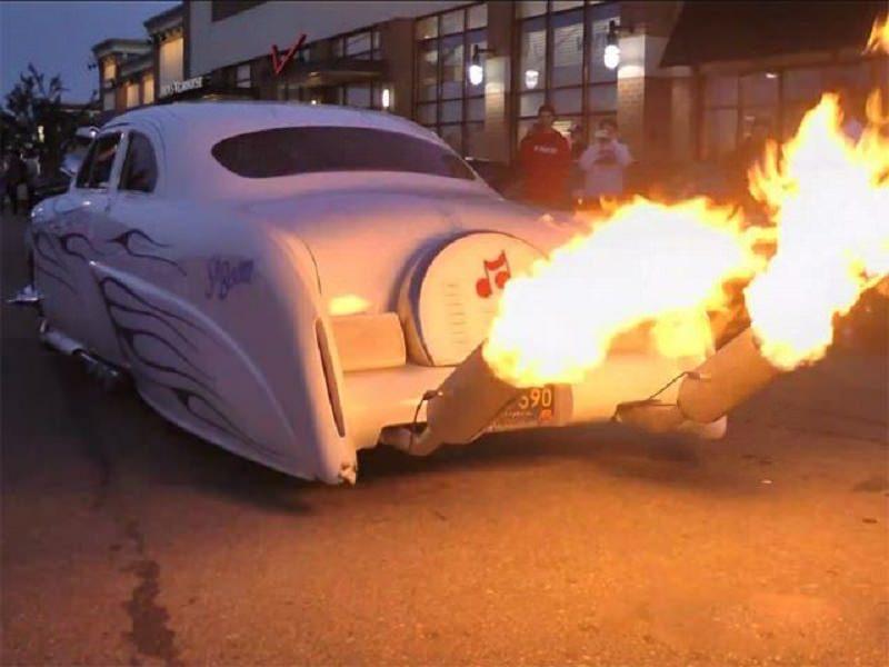 سيارة كلاسيكية تقدم عرضاً من الألعاب النارية بعادمها