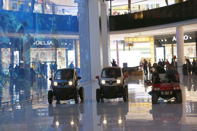 سائقان محترفان يقودان سيارتي رينو تويزي داخل دبي مول