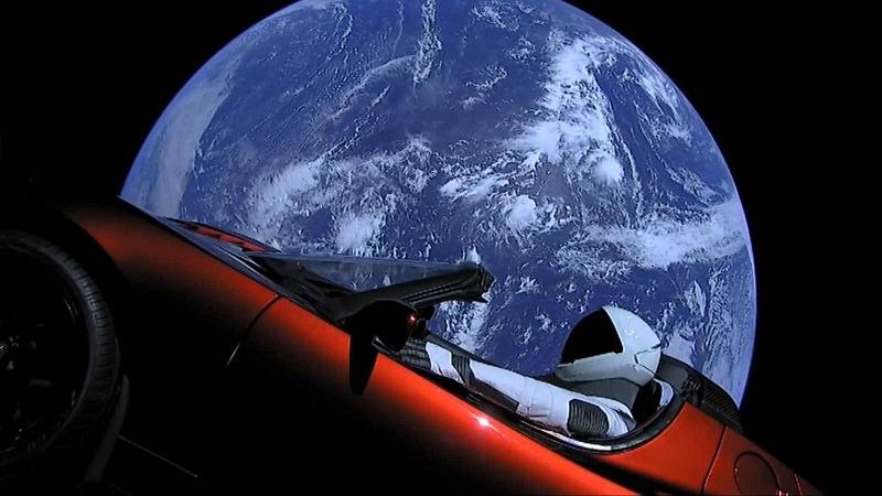 سيارة في الفضاء