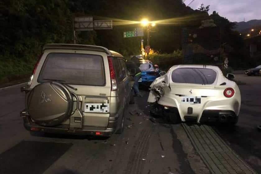 سائق ينام أثناء القيادة ويصدم سيارات فيراري