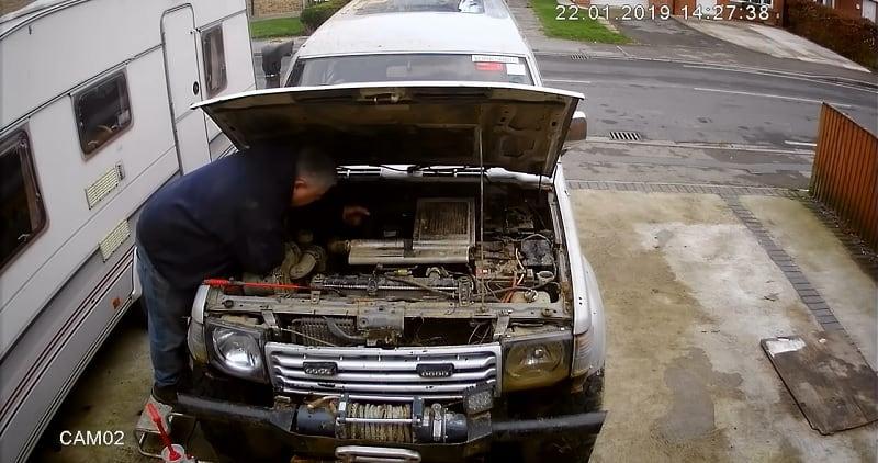 سيارة تنفجر اثناء قيام رجل بتفحصها