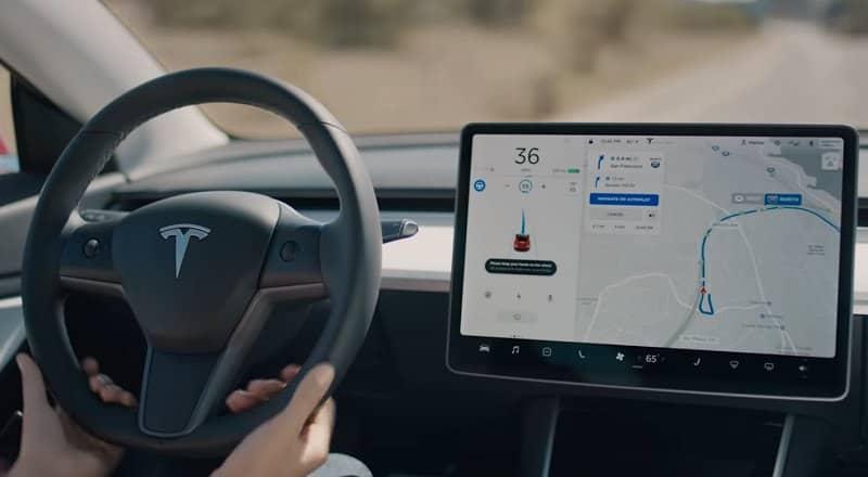 القيادة الآلية سيارات تيسلا