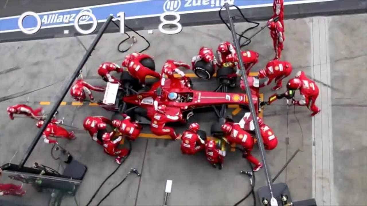 تبديل إطارات سيارة سباق فورمولا1 فريق فيراري