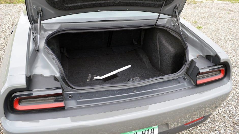 صندوق سيارة تشالنجر يظهر شيء غير متوقع في داخلها قبل بيعها ...