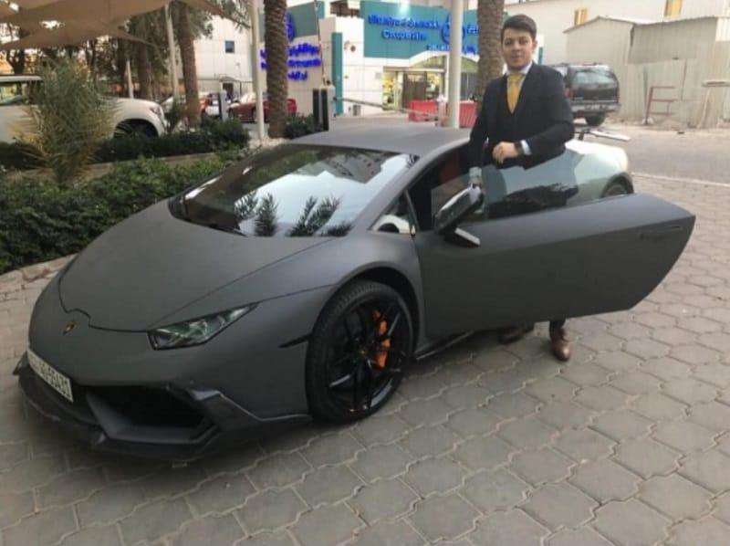 الصورة المتداولة لـ معتصم بالله مقداد مع سيارة لمبرجيني هوراكان