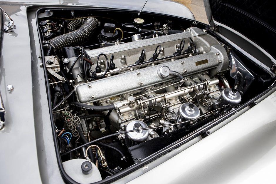محرك سيارة استون مارتن قديمة