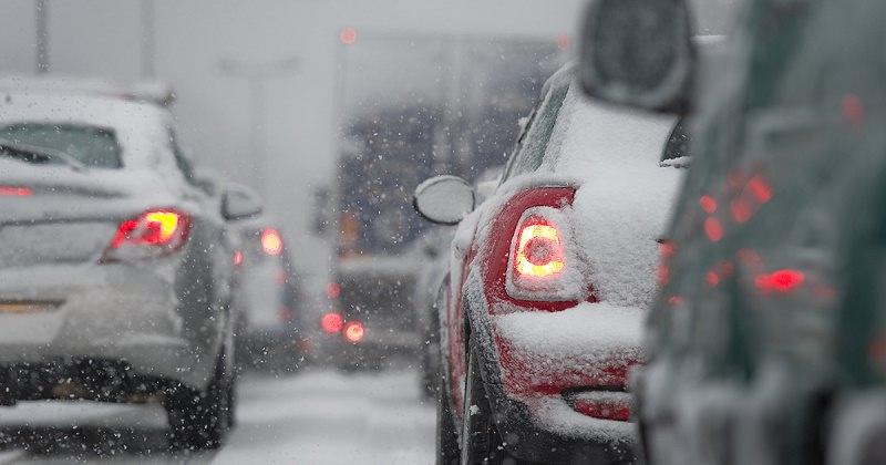 أضواء السيارة في الشتاء