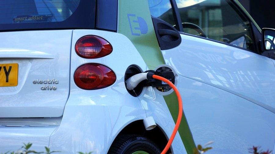 عيوب السيارات الكهربائية الشحن والمدى