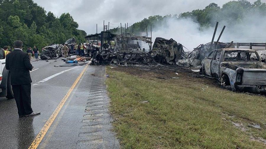 حادث تحطم 15 سيارة على طريق سريع يسفر عن مقتل 9 أطفال